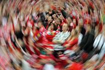 ROZMĚLNÍ SE? Pražský fotbalový fanoušek se bude muset v neděli rozkrájet.