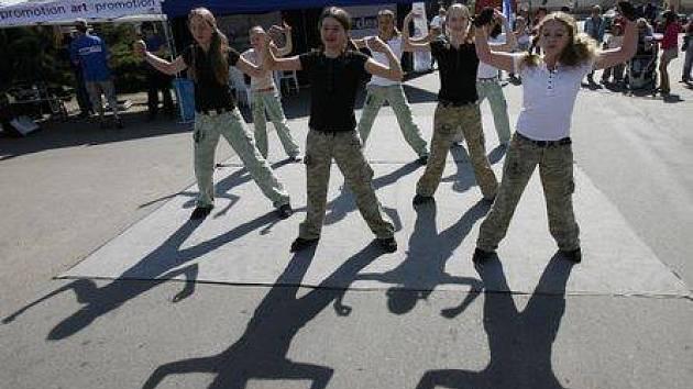 DISKUSE A HIP–HOP. Debatní přestávku vyplnila děvčata z taneční školy Jo jo efekt.