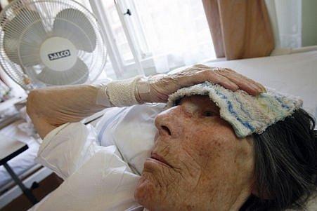 Asi nejhůře snášejí horké letní dny starší lidé. U nich je velmi důležité dodržovat pitný režim.