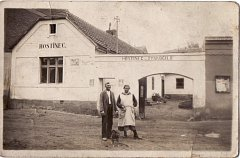 Hostinec U Vyskočilů býval ve Dvorské ulici č.p.9. Na fotografii jsou manželé Marie a Karel Vyskočilovi.