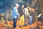 Z koncertu kapely Čechomor v Kamenici u Prahy.