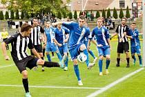 NÁPOR. Fotbalisté Admiry (v černo-bílém) přetlačili v 6. kole ČFL Králův Dvůr.