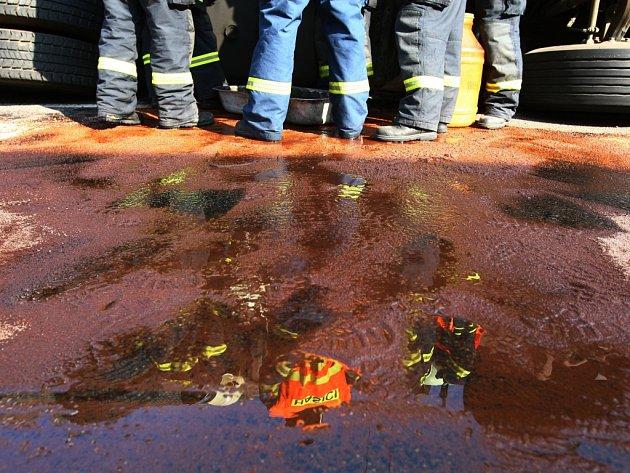 Únik nafty z havarovaného vozu. Ilustrační foto.