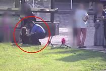 Opilou ženu odvezla záchranka z Dejvické na záchytku.