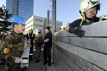 V pražských Holešovicích bylo 1. října zahájeno dvoudenní protipovodňové cvičení, které vyzkouší funkčnost mobilních zábran mezi Libeňským mostem a Stromovkou.