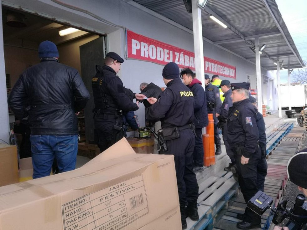 Pražští policisté přes koncem roku zintenzivnili kontroly prodejců pyrotechniky.
