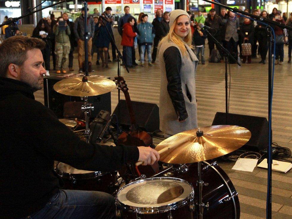 6.ročník akce Nalaďte se v metru. Na snímku kapely Manu na Hlavním nádraží a Prague Rhythm Kings na Muzeu.