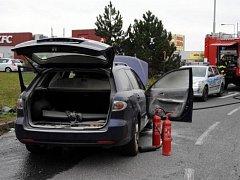 Automobil značky Mazda hasiči ze stanice v Satalicích hasili na frekventované Chlumecké ulici.