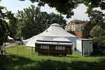 Letní Letná 2021, příprava areálu mezinárodního festivalu nového cirkusu a divadla.