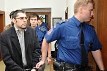 Před Krajským soudem v Praze se zpovídá skupina mužů z činu, který obžaloba vidí jako pokus o vraždu seniorky. Jako jeden z hlavních pachatelů je souzen Vladimír Novotný.