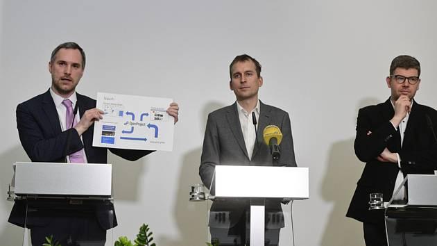 Zleva pražský primátor Zdeněk Hřib, předseda klubu Praha Sobě Jan Čižinský a předseda klubu Spojené síly pro Prahu Jiří Pospíšil.