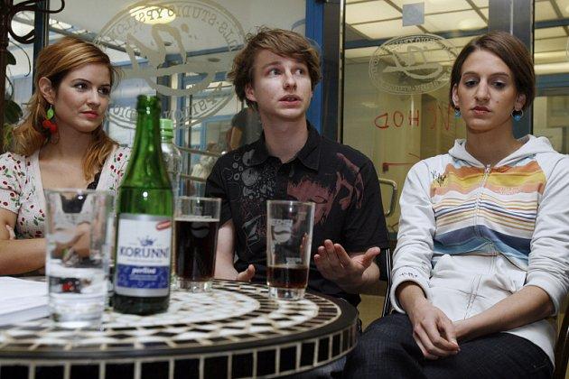 Zleva herečka Zuzana Norisová, režisér Braňo Holiček a herečka Barbora Popelková během tiskové konference.