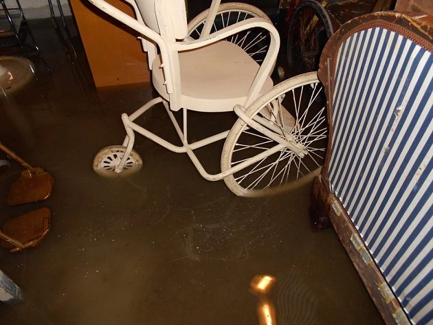 Zaplavený sklad dekorací.