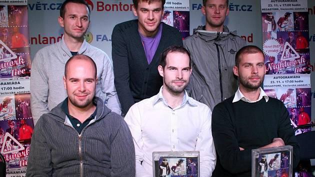 Do Bontonlandu na Václavském náměstí zavítala ve středu populární kapela Nightwork, aby zde uspořádala autogramiádu k novému DVD.