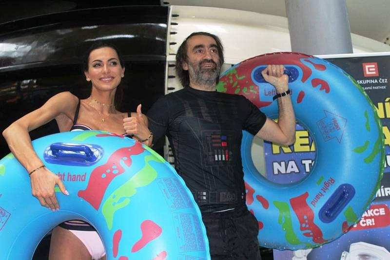 Virtuální tobogán v Aquapalace v Čestlicích. Vyzkoušeli ho i modelka Eliška Bučková a herec Jakub Kohák.