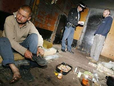 28. červen 2007, Praha; Na pražském Nákladovém nádraží Žižkov proběhl za asistence Městské policie monitoring bezdomovců žijících v odstavených vagonech.