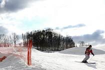SJEZDOVKA ZA PRAHOU. V blízkosti metropole mohou Pražané své lyže či snowboardy provětrat hned na třech místech. Snímek je z Chotouně u Jílového.