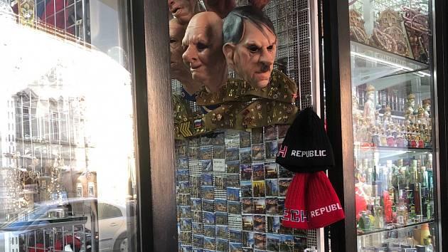 V Praze prodávají gumové masky Hitlera.