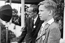 Lidický chlapec Václav Hanf (Jan Wenzel), vyznamenaný válečným křížem za mrtvé rodiče, přednáší báseň Františka Halase. Archivní foto.