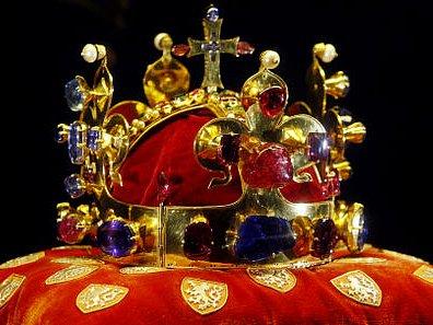 SVATOVÁCLAVSKÁ KORUNA. Podle Karla IV., který ji nechal zhotovit na svoji korunovaci, by se měla lidem ukázat pouze při význačných událostech.