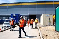 Z jedné strany budovy budou přijíždět nákladní auta. Zásobování je orientováno směrem k letišti. Zaměstnanecký vchod bude z druhé strany.