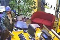 Policie pátrá po lupiči, který přepadl banku v Praze 10