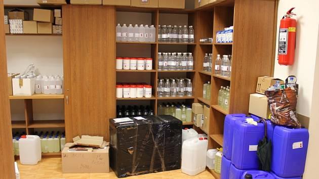 Do hledáčku protidrogových specialistů se dostal 41letý provozovatel firmy obchodující s chemickými potřebami. Provozovatel prodejen v Praze, Chomutově a Chebu.