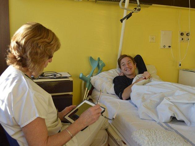 Ve škole při Nemocnici Na Bulovce v Praze se všechno podřizuje dětem. Sedmák Adam procvičil zlomky.