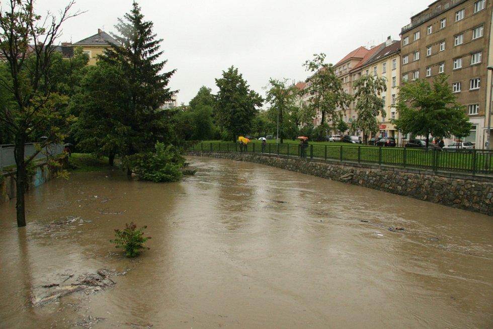 Situace v Praze 8: Fotografie z Voctářovy ulice, Elsnicova náměstí a nám. Dr. Holého (Rokytka).