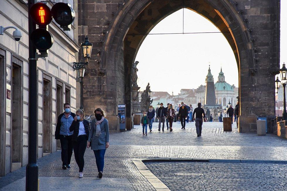 Prázdné ulice Prahy a lidé s rouškami 18. března 2020. Křižovnické náměstí, Staroměstská mostecká věž.