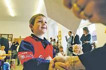 ZVĚDAVOST I OBAVY. Včera je prožívali i štěchovičtí prvňáčci. Začátek školního roku jim zpříjemnily drobné dárky.