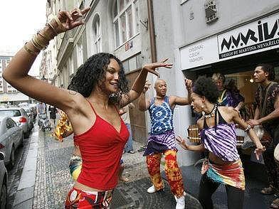 22. května se v Praze na Starém městě konal happening na pomoc africkým dívkám-české návrhářky proti obřízce.
