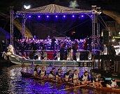 ) Po západu slunce zahrál symfonický orchestr sedm vět symfonie Venezia di San Giovanni Nepomuceno, kterou k letošním Navalis složil dirigent a skladatel Kryštof Marek.