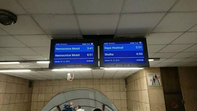 Pražský dopravní podnik (DPP) ve vestibulech pěti stanic metra spustil pilotní provoz zobrazování příjezdů nejbližších souprav.