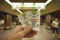 JEDNÍM Z DŮVODŮ včerejší policejní razie v budově centrály Dopravního podniku hlavního města Prahy mohla být údajně nevýhodná smlouva na dodávku tištěných jízdenek na MHD.