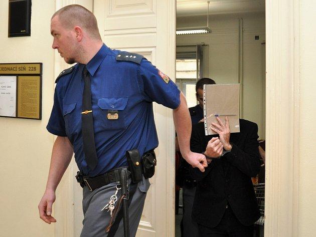 Stanislav Havlíček, podle typické bundy přezdívaná kriminalisty Bomberman, vyslechl v pondělí verdikt u Městského soudu v Praze