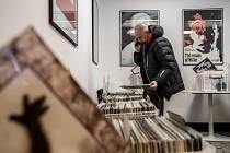 Vinyl Fever, bazar gramofonových desek s možností poslechu i vyčištění desek, probíhal v pražském Bio Oko.