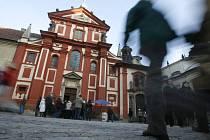 Dnešní románská podoba kostela s hlavní apsidou a dvěma věžemi pochází z přestavby po ničivém požáru v roce 1142.