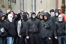 Příznivci a odpůrci uprchlíků se v sobotu 6. února 2016 střetli v Thunovské ulici v Praze na Malé Straně. Házeli po sobě lahve, ozývaly se dělobuchy. Incident trval pět až deset minut, policie se obě skupiny snažila oddělit.