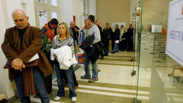 DO KONCE ROKU. Nejen ve Škodově paláci, ale i v ostatních pražských pobočkách registru vozidel, si musí lidé vystát dlouhé fronty.