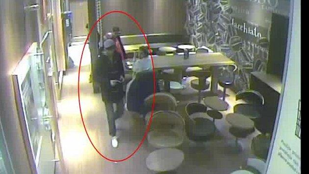 Muž podezřelý z krádeže ve fastfoodu v Sokolovské ulici v Praze 8