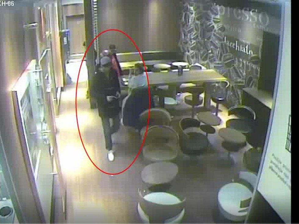 Muž podezřelý z krádeže ve fastfoodu v Praze 8.