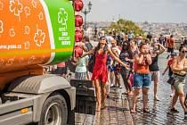 Pražské služby začaly s kropením ulic kvůli vysokým teplotám.