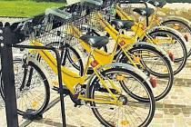 Pražský magistrát počítá i s tím, že sdílená kola budou terčem zlodějů a vandalů. Škody chce minimalizovat specifickým designem a barevností kol. Podobně, jak tomu je například v Londýně).