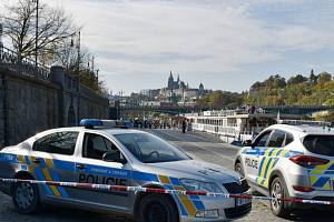 U Čechova mostu v Praze bylo ve Vltavě nalezeno lidské tělo.