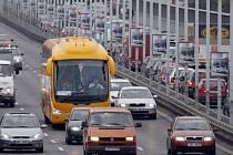 Podle primátora Pavla Béma by měl jednorázový poplatek za vjezd do centra činit 50 až 100 korun. Majitelé parkovacích karet by ho měli započtený v parkovném.