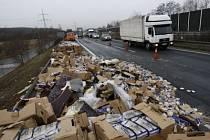 Kamion, který se střetl s autobusem, převážel toustový chléb. Ten se posléze rozdrobil po dálnici.
