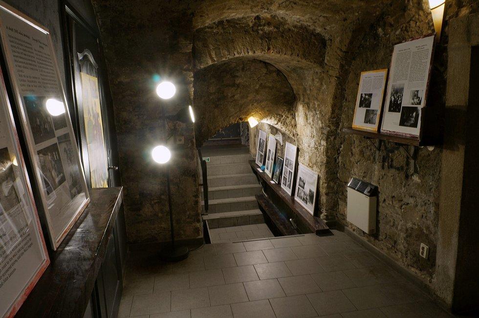 Nové muzeum The Lennon Wall Story, které vypráví příběh Lennonovy zdi najdou návštěvníci v suterénu pod barem Napa na Malé Straně.