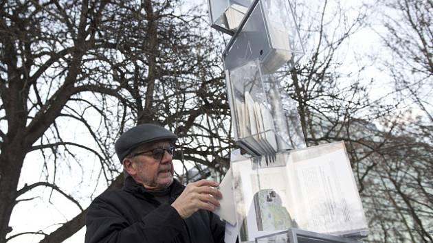 Jeden ze signatářů Charty 77 Zdeněk Bárta u provizorního pomníčku.