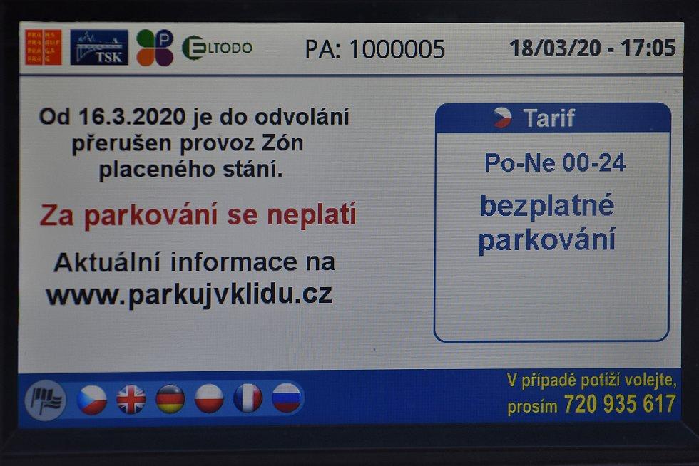 Prázdné ulice Prahy a lidé s rouškami 18. března 2020. V době stanu nouze je parkování v Praze zdarma, Václavské náměstí.